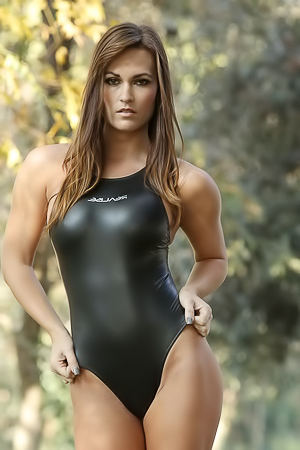 Morgan in black swimmdress